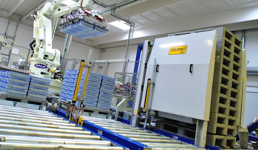 The pallet magazine/ pallet dispenser PALOMAT Inline for automatic pallet stacking/ destacking in production lines